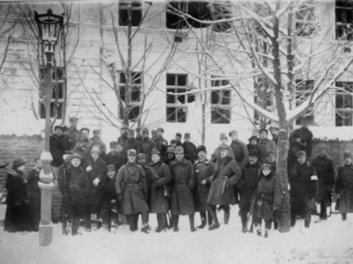 Львів, польські солдати біля Кадетської школи. Фотографія 1918 року.