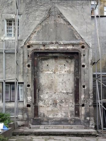 Реконструкція рами у стіні дому, в яку було вмонтовано вівтар. Фото – А. Казберук