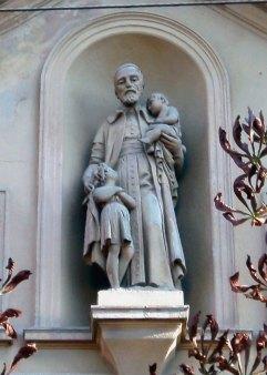 Скульптура святого Вінсента де Поля на фасаді шпиталю у Львові