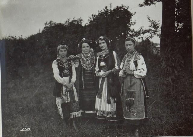 Дівчата в українських святкових вбраннях. Галичина, початок XX століття