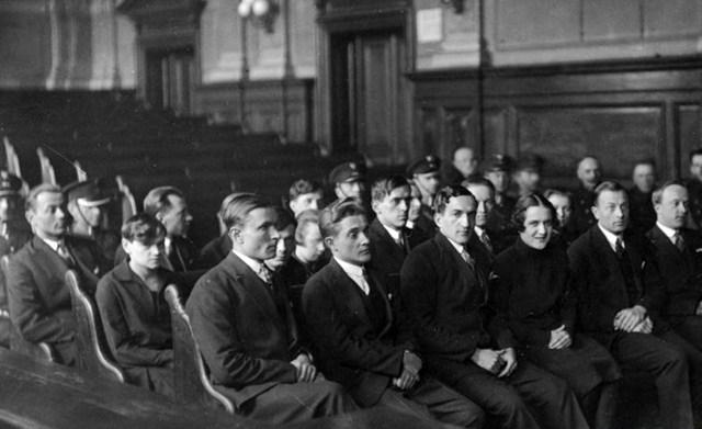 Юліан Головінський (другий справа) на лаві підсудних, 1928 р. (взято з http://incognita.day.kiev.ua/yulko.html)