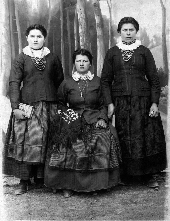 Дівчата з села Бродки зодягнені у міщанський одяг походять з родини священника. Пані що сидить,на відміну від двох інших, на шиї носить лише хрестик. На руці дорога шалянова хустка з френзелями.