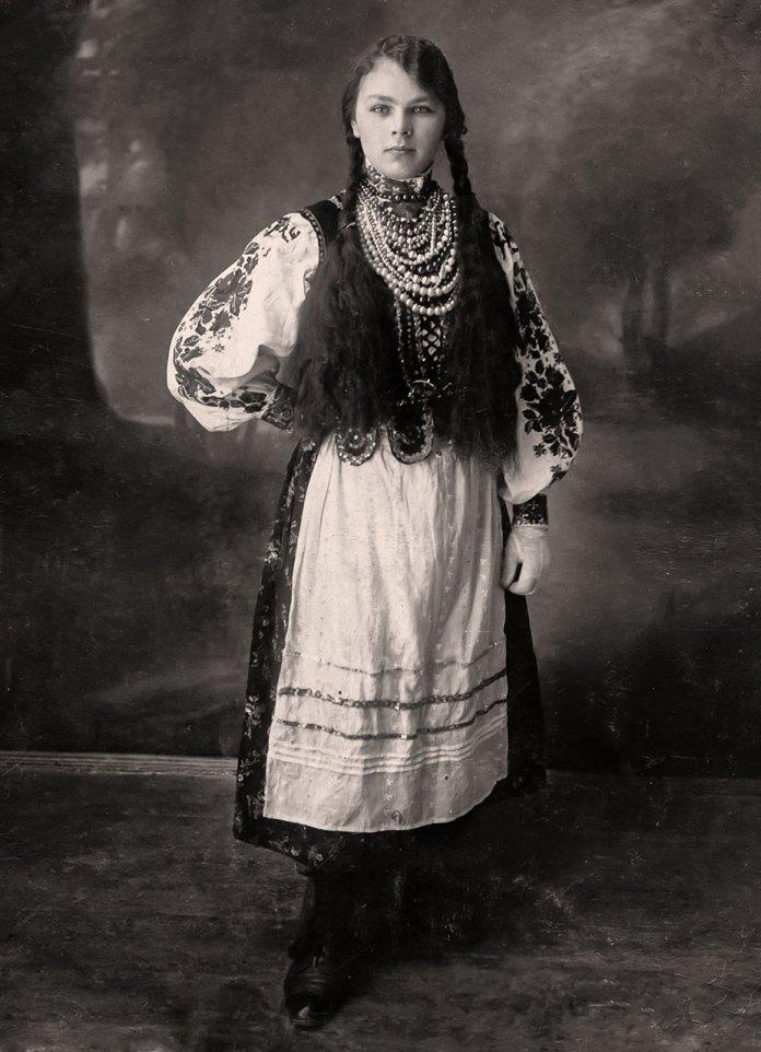 Дівчина з села Хоросно – вишивка по рукаву – вертикална, розшитий горсет(кірсетка). Спідниця шалянова, тонка вовна в квіти. Фартух вишитий в складки. На рукаві манжет, білі рукавички.Черевички шнуровані.