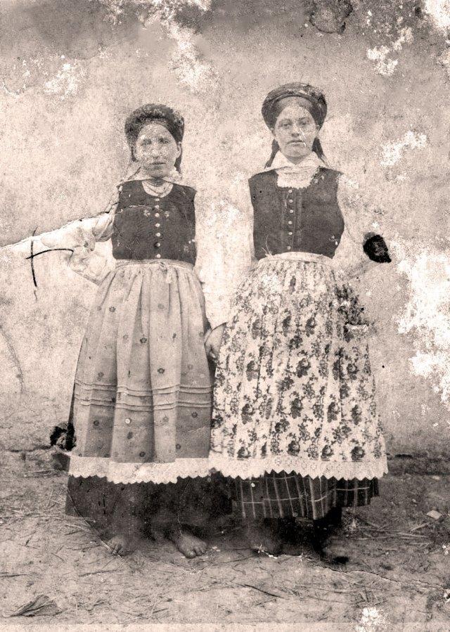 Жінки з Попелян біля Щирця. На голові – хустка пов'язана на кембалку. Комір сорочки на стійці. Довкола шиї декілька рядів намиста. Поверх сорочки кабатик. Також вживали вислів лейбик. У жінки з правого боку - фартух вибійка.