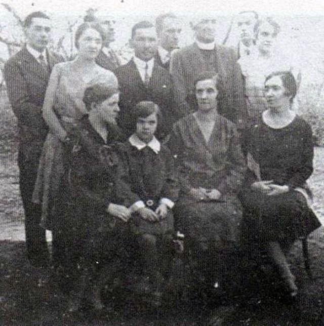 Родинне фото Шухевичів і Березинських початку 1930-х рр. Наталія Березинська стоїть друга зліва, Роман Шухевич - третій зліва