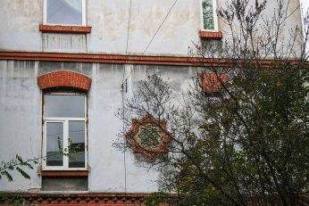Майолікове та цегляне оздоблення будівлі. Фото: Анастасія Нерознак