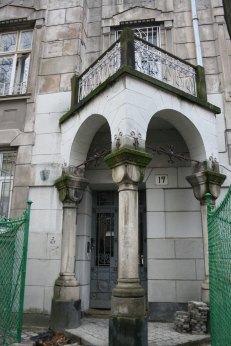 Трикутні балкони-дахи будівель №17 та №19 по вул. І. Котляревського. Фото: Анастасія Нерознак