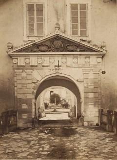 Брама до королівського замку в Жовкві. Фото 1865 року