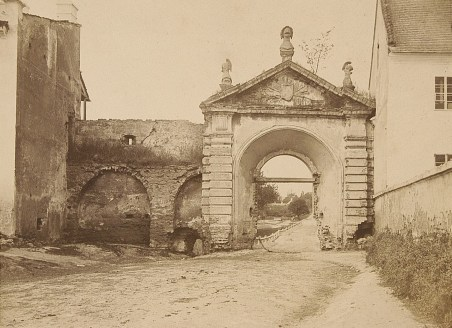 Головна в'їздова брама до Жовкви. Фото 1865 року