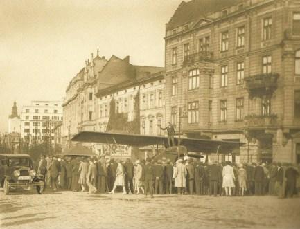 Літак на вулиці академічній, куплений на кошти громади. Фото 1930-х рр.
