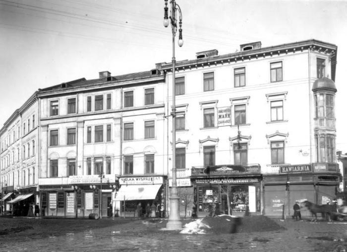 Поруч кам'яниці кам'яниці Понінського розташований будинок з адресою Карла Людвіга 2, що належав Галицькому кредитному земському товариству.