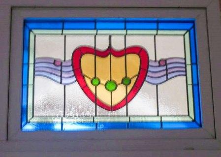 Вітраж оберліхту над входом у будівлю МТЛ, виконаний фабрикою Г. С. Желєнського