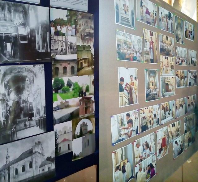 Довідковий стенд з пам'ятними фотографіями костелу. Фото Хлян І.