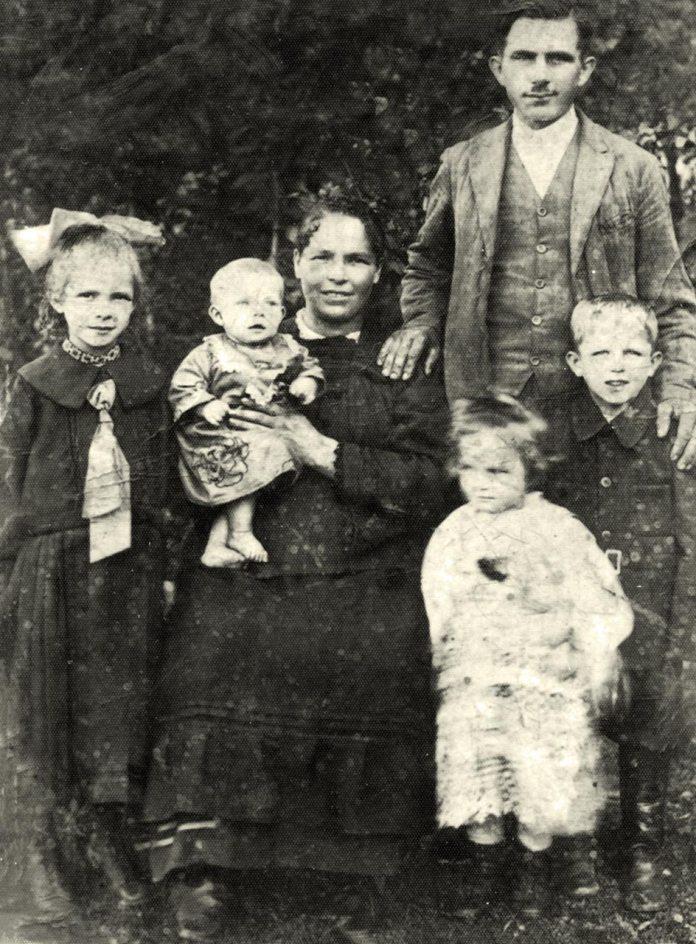 На світлині : батьки – Павло, Акилина, діти – з ліва Марія -1919 р. н., з права – Василь - 1923 р. н., внизу – Килина – 1925 р. н., на руках – Олесь -1928 р. н. Світлина зроблена, коли сім'я Міклюш проживала в Нагорянах.