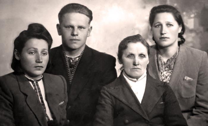На фото зліва направо: Слава Буць(Ковальчук) з чоловіком Владиком, Пелагія Буць, Марія Буць (Піх).