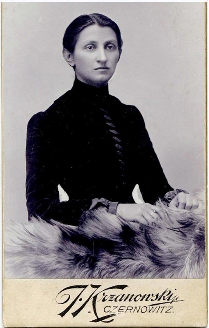 Ольга Кобилянська , 1898 р. (фото Літературно-меморіальний музей Ольги Кобилянської в Чернівцях )