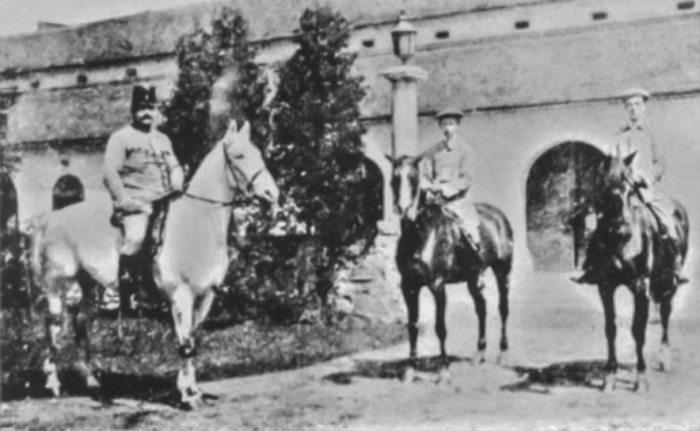 Вільгельм Габсбург (у центрі) у родовому маєтку Живці