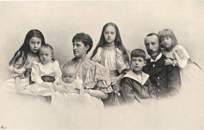 Архикнязь Карл Стефан Габсбурґ (другий праворуч) із родиною, 1896 рік. На руках у дружини Марії Терези – наймолодший із шести дітей син Вільгельм, майбутній Василь Вишиваний