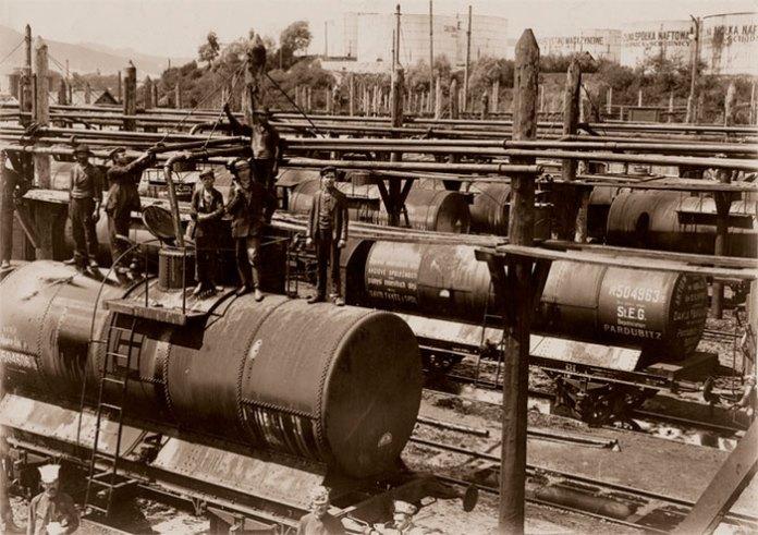 Залізнична станція в Бориславі була побудована в 1872 році. На фото процес завантаження цистерн нафтою, 1910 рік