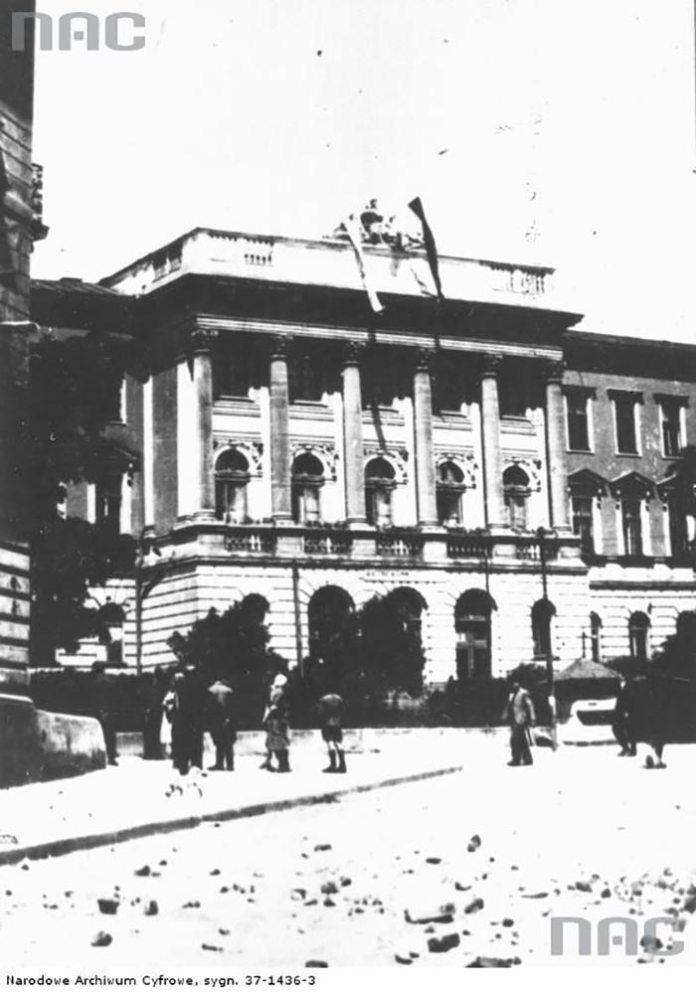 Червоний та польський національний прапори на будівлі сучасного національного університету Львівська Політехніка (Джерело: http://kresy24.pl)