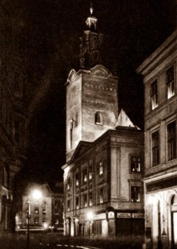 Нічне освітлення Латинської катедри. Перша чверть ХХ століття. Фото А. Ленкевича. Джерело: https://polona.pl