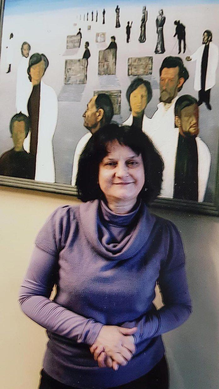 Лариса Борисівна Возницька-Разінкова на тлі роботи Миколи Шимчука «Реставратори Галереї»