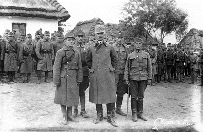 Підполковник А.Варивода із старшинами та стрільцями сотні, 1916 р.