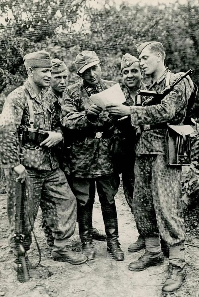Броди 19-27 липня 1944 року. Пор. Мих. Ліщинський у товаристві 4-х стрільців. (Фото з фондів ЛІМ)