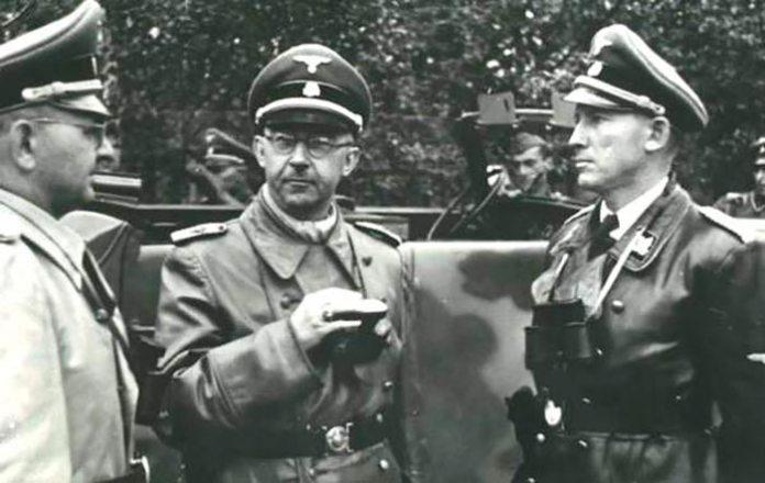 Райхсфюрер СС Гіммлер (в центрі) в розмові з губернатором Вехтером (зправа) і генералом Фрайтаґом (зліва) під час візити до Дивізії Галичина в травні 1944. (Нойгаммер)