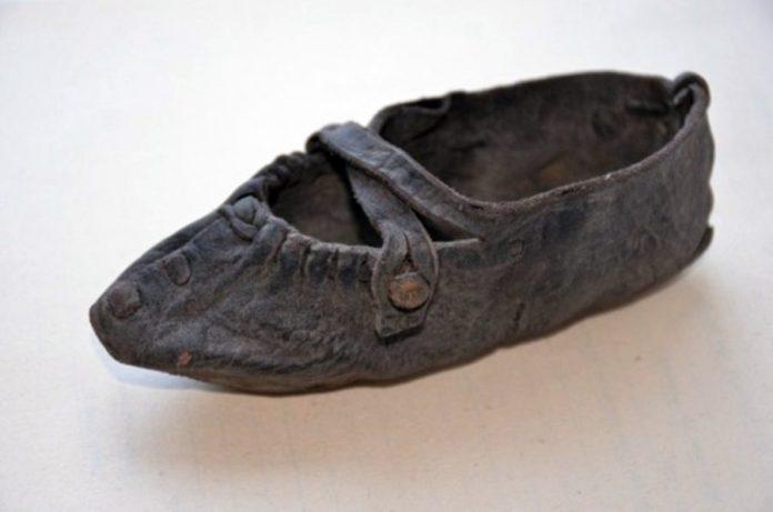 Дитячий черевичок з Луцька. Імовірно, ХVI – ХVII століть. Фото – Волинський краєзнавчий музей
