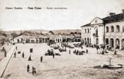 Південна сторона приринкової забудови (сучасна 1-го Листопада, на тлі - годинникова вежа), 1917. Джерело - http://bit.ly/2vCxbSe