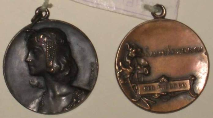Медальйон роботи італійського скульптора Фарнезі з зображенням Соломії Крушельницької в ролі Саломе в однойменній опері Ріхарда Штрауса