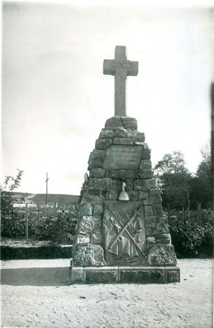 """Кам'яний пам'ятник на честь полеглих німецьких вояків, що загинули в 1914-1915 pp., з написом німецькою мовою: """"Присвячується пам'яті похованих тут мужніх вояків""""."""