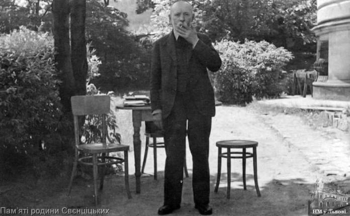 Іларіон Свєнціцький на подвір'ї музею. 8 червня 1938 р.