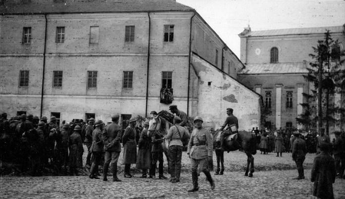 Парад на кафедральному майдані в Луцьку. Фото Леопольда Пашковського з niezwykle.com