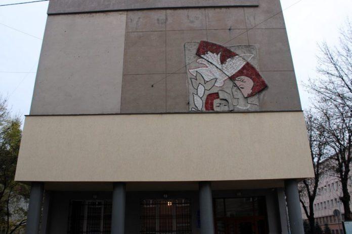 Мозаїка на бічному фасаді будинку вул.Д. Вітовського,38. Фото: Олена Мартинчук, листопад 2017 року