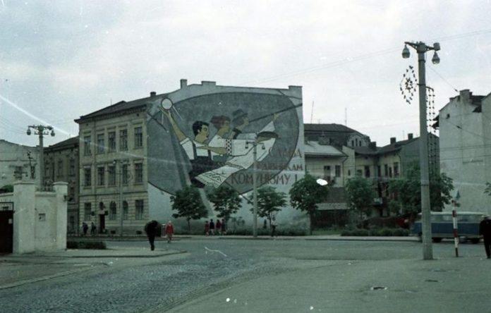 Мозаїка на будинку по проспекті В. Чорновола, 39.Фото: Ілля Павлюк, 1965 рік