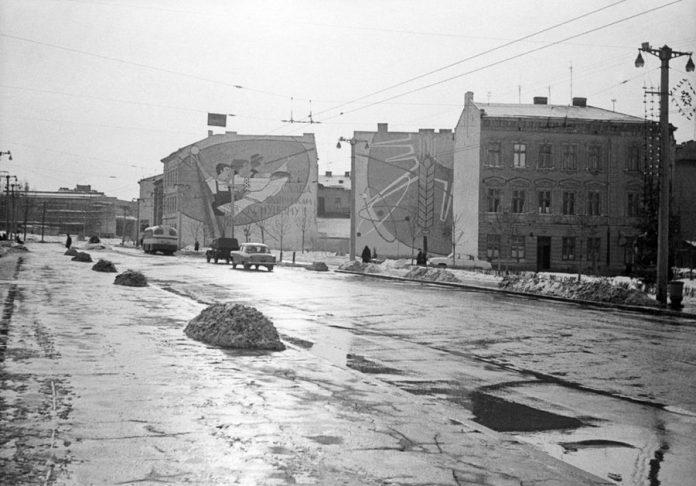 Мозаїки на будинках по проспекті В. Чорновола, 39.Джерело: Flickr.com, 1960-ті