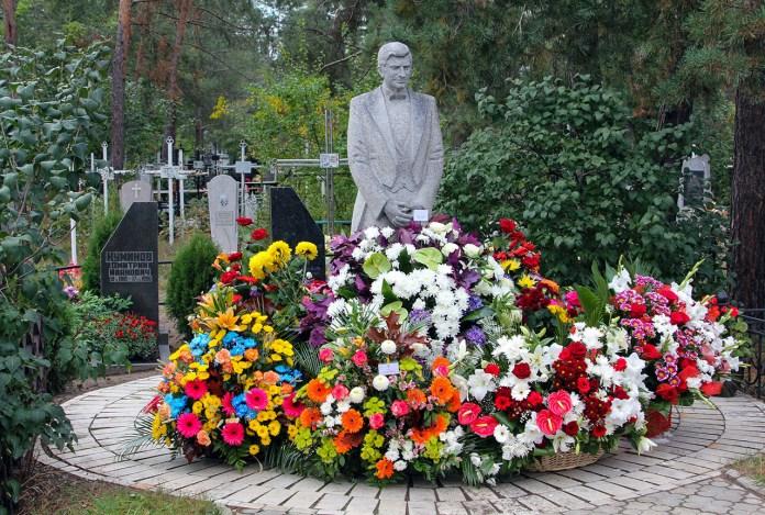 Пам'ятник на його могилі Анатолія Солов'яненка