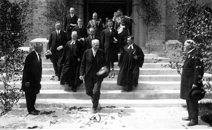 Президент Мосціцький з делегацією виходять з кірхи. Фото національного цифрового архіву Польщі