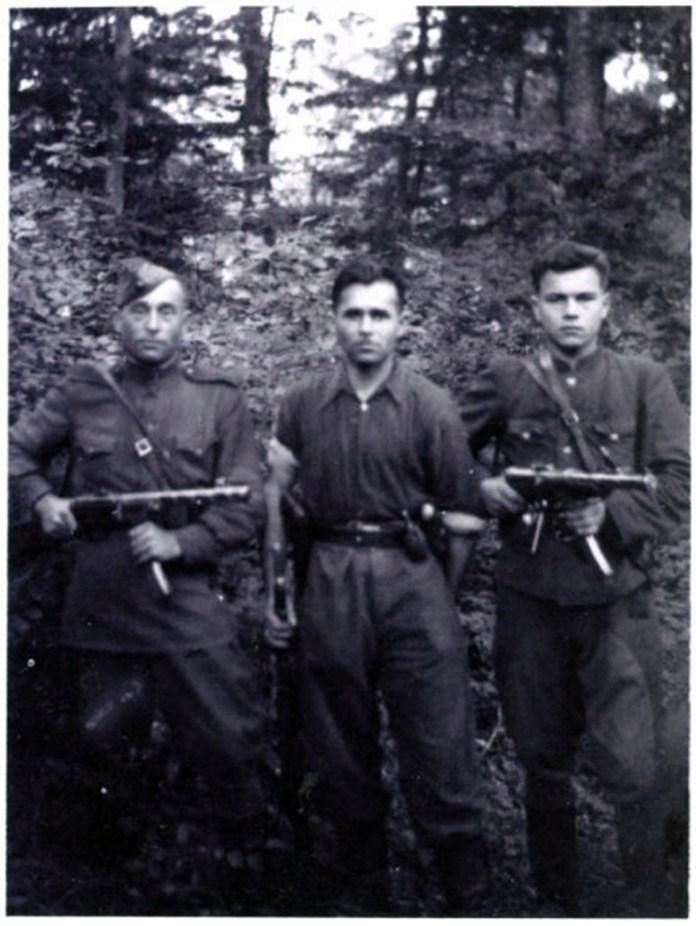 Зліва направо: Федір Кононович, районний провідник ОУН, стрілець УПА Михайло Піщула «Левко», стрілець УПА «Максим» (ім'я та прізвище невідоме), Бібреччина, 1945-1947 роки