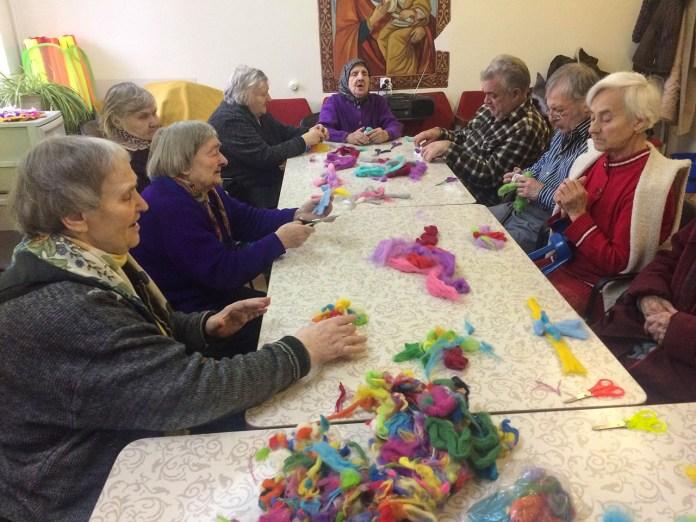 Бабусі і дідусі із Львівського геріатричного пансіонату роблять з шерсті іграшки-янголята дітям-сиротам
