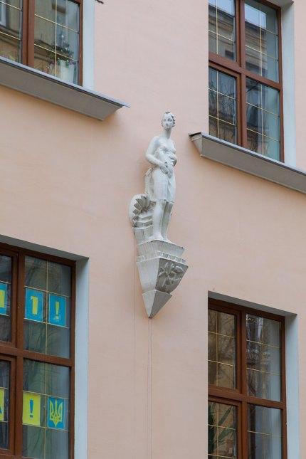 Скульптура Венери на фасаді будинку по вул. Японській, 7. 2018 р.