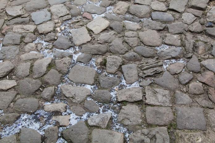 Брук з коленого каменю