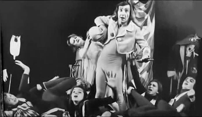 Анатолій Гугнин під час репетиції разом з акторами