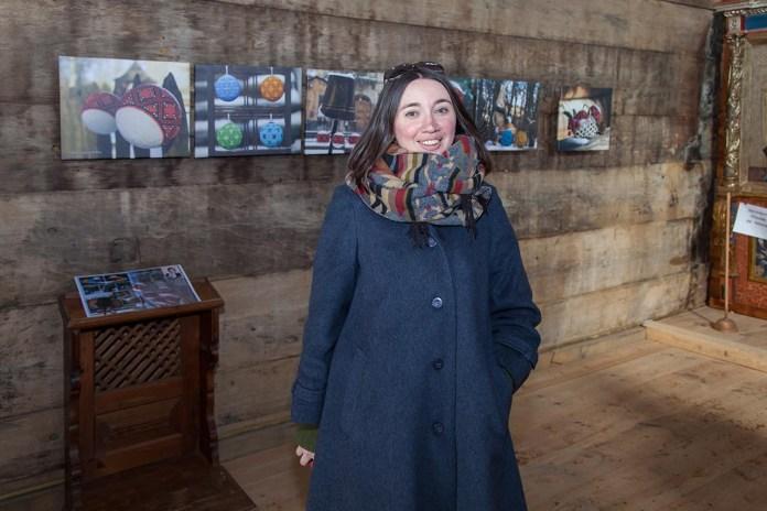 """Ірина Бердаль-Шевчик на фоні виставки своїх світлин в музеї """"Староскварявський іконостас XVI-XVIII століть"""""""