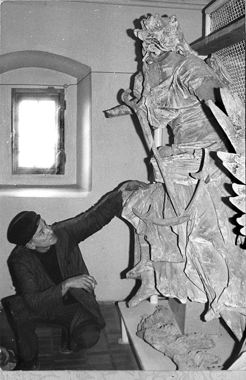 Борис Возницький у фондосховищі Олеського замку. Сер. 70-х рр.
