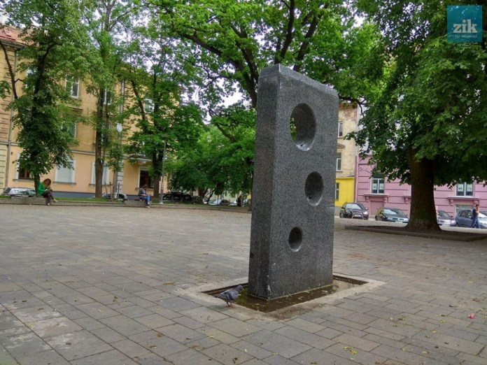 Питний фонтан-бювет на площі Маланюка