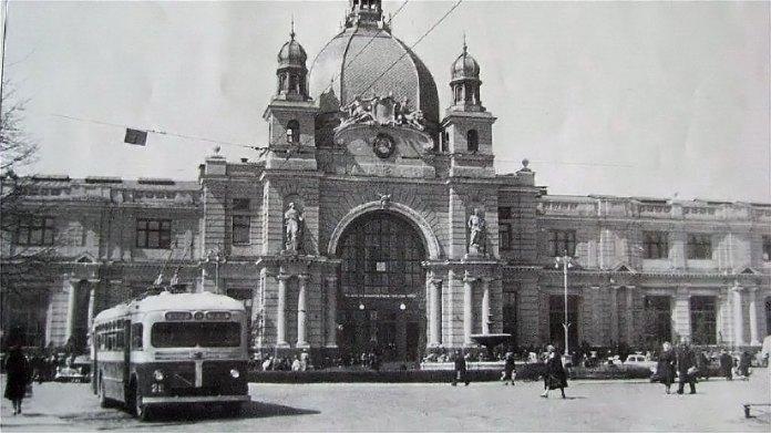 Перший тролейбус Львова МТБ-82Д біля Залізничного вокзалу. 1952 р. Фото із колекції трамвайного депо № 1