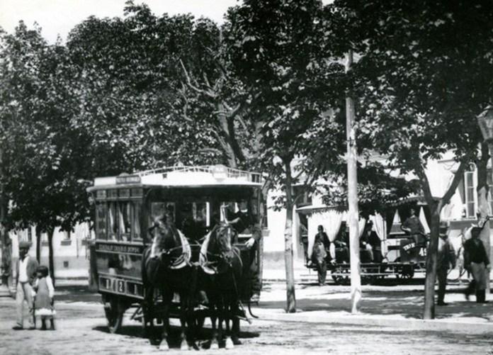 Кінний омнібус - перший громадський транспорт Львова, який працював із 1835 до 1896 року. Справа на світлині - відкритий вагон кінного трамвая. Фото із колекції трамвайного депо № 1